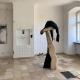 """Ausstellung """"Nivard 1"""" . Malerei Skulpturen Installationen . Holzskulptur """"Überschattet"""" Beate Debus . Maria Bildhausen 2020"""
