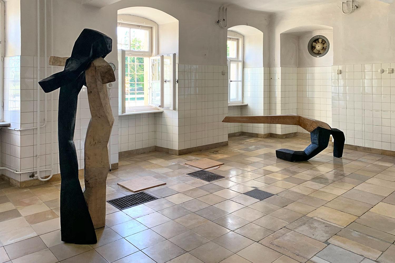 "Ausstellung ""Nivard 1"" . Malerei Skulpturen Installationen . Holzskulpturen Beate Debus . Maria Bildhausen 2020"