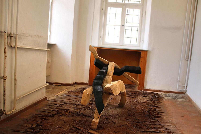 "Ausstellung ""Nivard 1"" . Malerei Skulpturen Installationen . Holzskulptur Beate Debus . Maria Bildhausen 2020 (Quelle: infranken.de)"